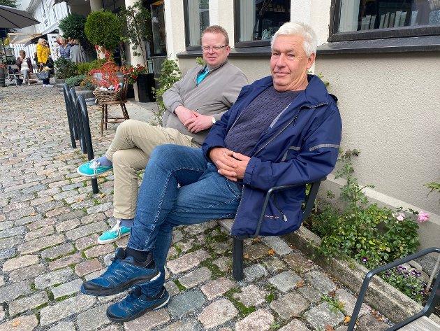 Olaf Trysnes (th) og Yngve Monrads forslag om å forby leppefiske møter motstand fra en av kommunens få gjenværende fiskere.