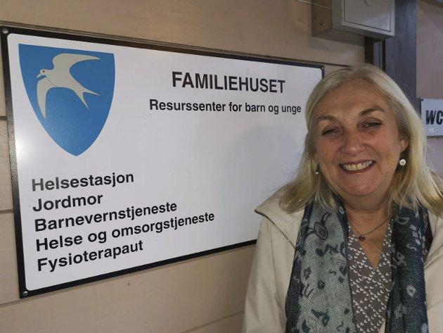 Helsesykepleier Grete Øyen har veid og vaksinert barn i Tvedestrand i godt over tretti år. Men til sommeren er det slutt. Da går Grete av med pensjon. Foto: Arkiv