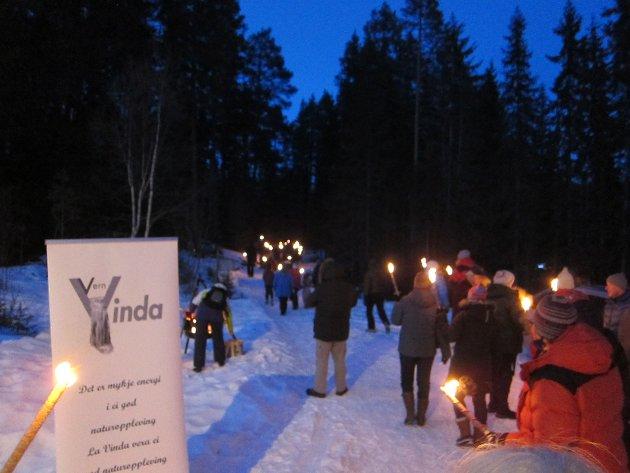 """Fredag kveld arrangerte """"Vern Vinda"""" og Naturvernforbundet i Valdres vandring til Stampefossen, som var spektakulært lyssatt av MTI. Det var flere appeller mot kraftutbygging i elva."""