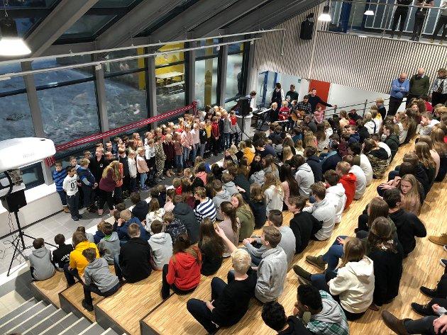 Storstua: Alle elevene, lærerne og personale var samlet i amfiet sammen med mange gjester, administrasjon og politikere torsdag.