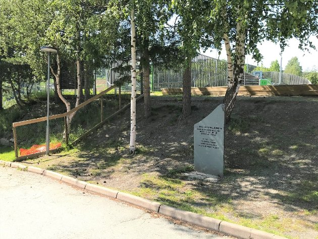 STÅR HER: Minnesteinen står ved grendehuset i Ulnes, mellom skulen, barnehagen og idrettsplassen.
