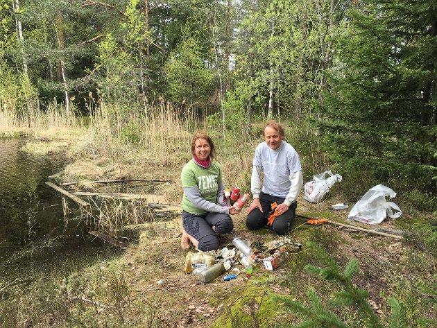 Anne Hilde Røsvik og Vidar D. Myhre på søppelplukking ved Morttjern med Naturvernforbundet