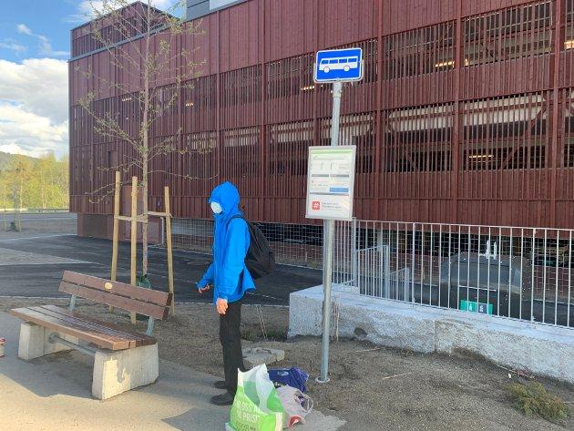 UTE I ALL SLAGS VÆR: Nederst i Kvernstuveien må busspassasjerene stå ute i all slags vær.