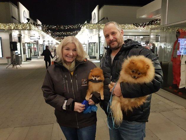 Linda Berg Paulsen og Jens Arve Johnsen med hundene Indi og Milano var klare for grytidlig shopping.