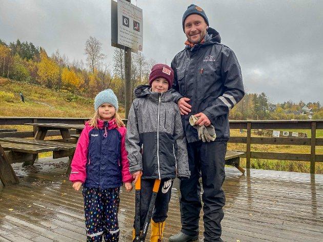 Kristiane (6), Cedrik (10) og Torstein Rørby stiller gladelig opp på et bilde før de gyver løs på oppgavene.