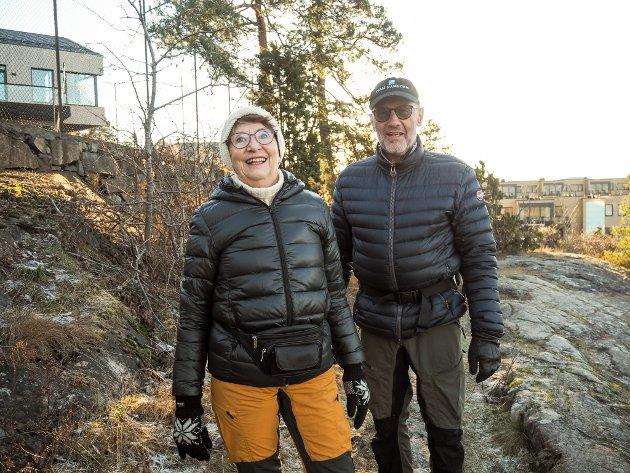 Grete Kleven(73) og Hans Kleven (75) synes det er herlig å komme seg ut i solen.