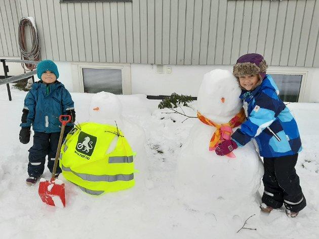 Karl Edwin og Maria løp ut og lagde snømann.