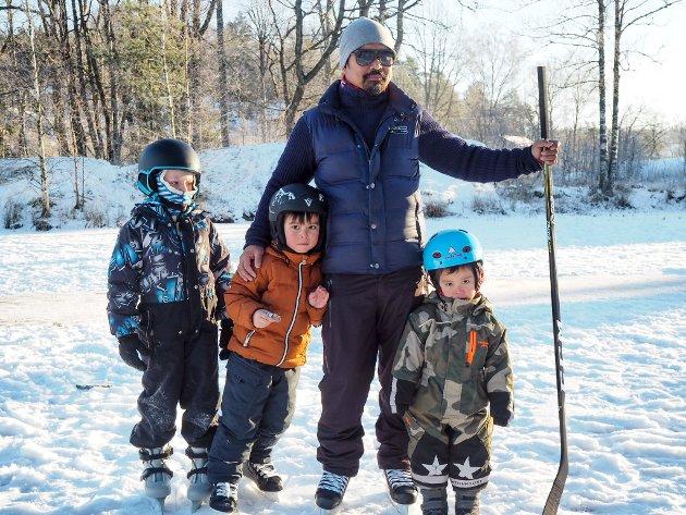 KOLÅSTJERNET I SON: Liam og Leo Jakobsen lener seg seg mot pappa Jayson Klit etter en time på isen, og til venstre står Freddie Attlee. -Været kunne ikke blitt bedre, sier Klit og smiler.