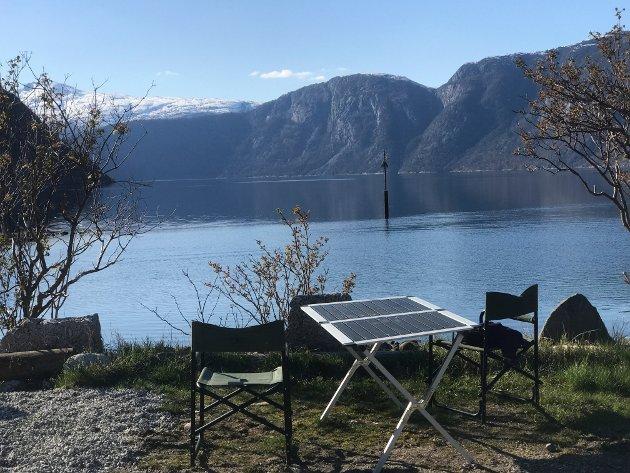 SNØKLEDDE TOPPER: Sæbø camping er en rolig plass like ved strandkanten, med utsikt mot snøkledde topper i flotte Hardanger.