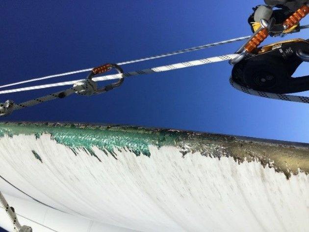 SLITASJE: Bilde viser slitasje på fremkanten av et av våre turbinblad hvor toppsjiktet på bladet er slitt av.