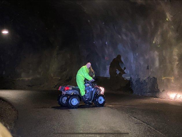 APOKALYPTISK: Skodespelar Kristin Helgebostad kjem køyrande på ein firhjuling mot tunnelopninga.