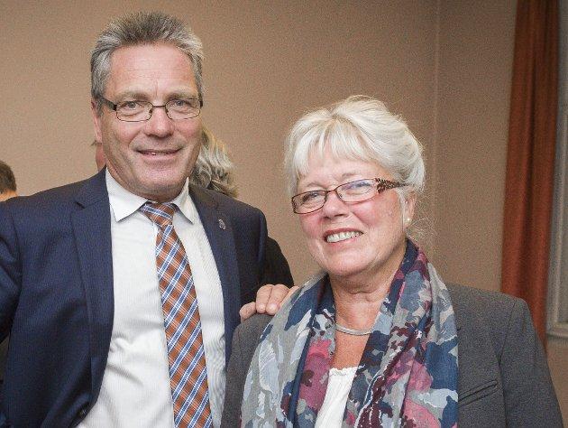 «SLÅR OPP»: Varaordfører Anne-Kari Holm og ordfører Thor Edquist smilte bredt da kommunestyret ble konstituert i 2015. Nå har Holm «slått opp» med Edquist. Blir hun den nye ordføreren i Halden? Arkivfoto: Stein Johnsen