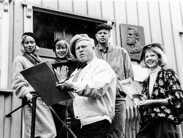 """På trappa til Kittelsenhuset. Alle iført baskerlue og var """"kunstnere"""" til ære for fotografen. Fra høyre Anne Line Moa, Per Kristian Lie og Torstein Axelsen. De to jentene til venstre er ukjente."""