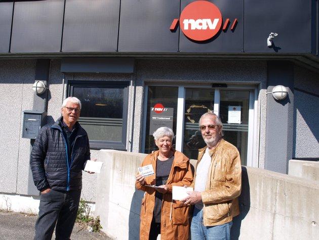 Einar Thorstein Dalen, Berit H Gjøseid og Jørn Mortensen med gavekortene som NAV videreformidlet.