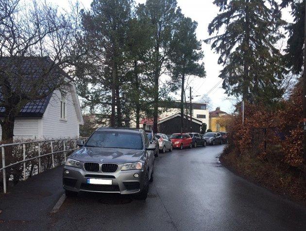 Parkering i Holtveien er problematisk på vinteren med dårlig måkte fortau.