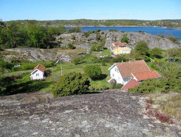 Dette er trolig det eldste tunområdet på øya, sett fra øst. Den gule bygningen i bakgrunnen er den omgjorte låven, som i ettertid er blitt noe utvidet mot øst.