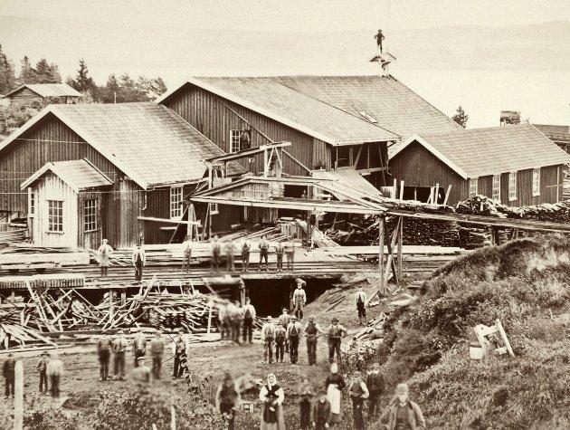 DEN GANG DA: Ringerike Nikkelverk fotografert av Heinrich Arnhold Thaulow.  97 år etter nedleggelsen finnes det fortsatt forurensing etter Nikkelverket. Nå er det på tide at noe gjøres, sier Anfinn Holten i dette innlegget.