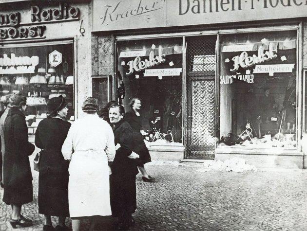 Krystallnatten er betegnelsen på natten mellom 9. november og 10. november 1938, som markerte starten på en dramatisk opptrapping av jødeforfølgelsene i Tyskland. «Å behandle hverandre med toleranse, respekt og verdighet 75 år etter krigen bør være et minimum. La oss aldri glemme det!» poengterer Sondre Støen-Kvam, medlem av Rødt Sarpsborg, i dette innlegget. (Foto: AP Photo)