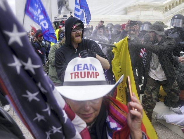 Det amerikanske demokratiet er i dyp krise etter opptøyene i kongressbygningen i Washington onsdag kveld nors tid. Samtidig er det en påminnelse til alle om at man aldri kan ta demokrati for gitt. FOTO: AP/NTB SCANPIX