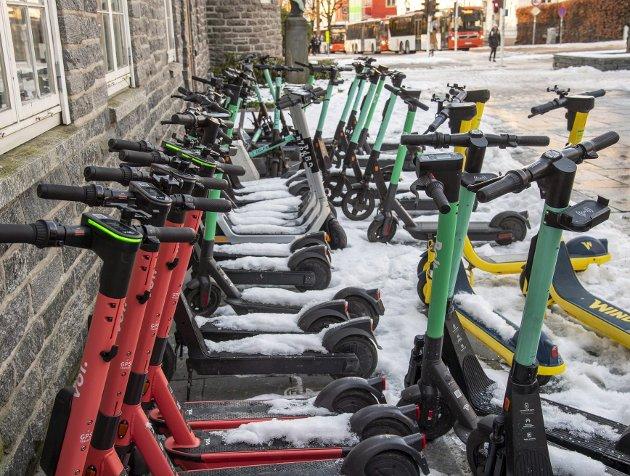 Den siste tiden er det kommet en rekke nye el-løperhjulaktører på banen i Bergen. Det er et helt rimelig krav når Bergen og de andre største byene i landet nå krever mer makt til å regulere hvilken plass doningene skal ha i bybildet. FOTO: EIRIK HAGESÆTER