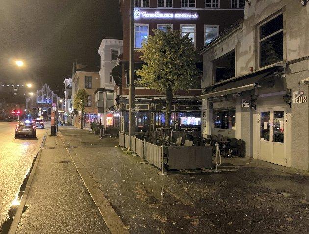 Nasjonale regler krever at utelivet i Bergen stenger klokken 2200, og sender feststemte bergensere hjem. Det kan være en smitterisiko i en by som de siste ukene har hatt rimelig kontroll på koronasmitten. ARKIVFOTO: HERMOD HOVE