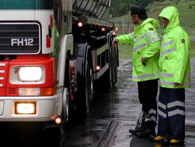 Kontroll: Kontrollen med utenlandske vogntog er bedre, men fortsatt er det for liten risiko ved å handle billigste transport.