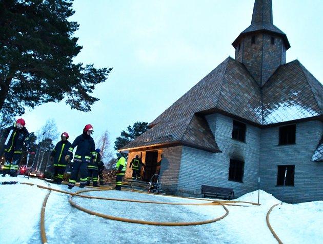 SAMLING: Bygget i stein har Dombås kirke framstått som usårbar. Nå er samlingspunktet rammet av brann.