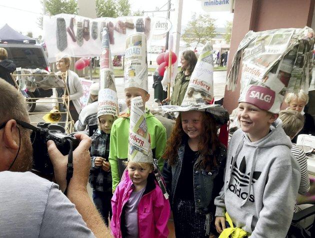 Hattefine barn: Her har fem fettere og kusiner laget seg hatter av Jarlsberg utenfor redaksjonen. Det må selvfølgelig foreviges. Foto: Pål Nordby