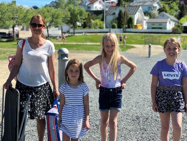 BADETUR: Christine Løfgren (38) med døtrene Mille (4) (t.v.) og Anine (8) (t.h.). Mynte S. Ødegård (8) er naboen deres i Hunndalen.  Alle barna badet. De største jentene hoppet også fra flytebrygga mange ganger.