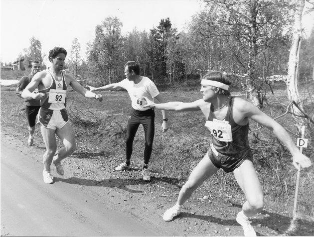 Røsvass-stafetten 1993. Kikkan Wright overtar stafettpinnen fra Stig Arild Stenersen. Men Rana FIK nådde ikke helt opp i årets Røsvass-stafett.