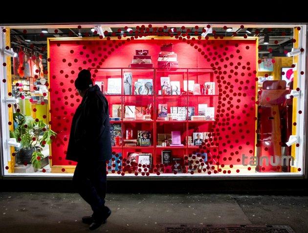 – Vi som kunder deler ansvaret for at årets julehandel går smittefritt for seg. I tillegg til å vise hensyn til hverandre, må vi ta vare på handelsnæringen, skriver næringsminister Iselin Nybø. (Foto: Håkon Mosvold Larsen, NTB)