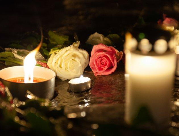 Lørdag kveld var det lagt ned blomster og tent lys utenfor Svolvær skole.