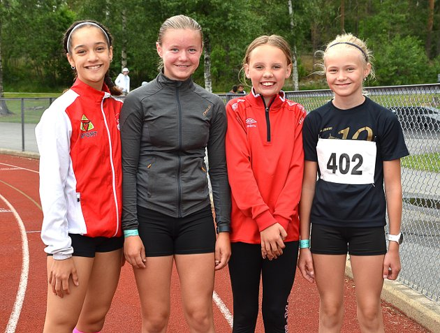 DYPT SAVNET: – Vi har savnet veldig det å kunne konkurrere på friidrettsbanen og synes det er deilig endelig å være i gang igjen, sier Askim-kvartetten Lea Maribel Sæther (f.v.), Hedvig Garseg, Othilie Eek-Vestereng og Lilly Garseg.