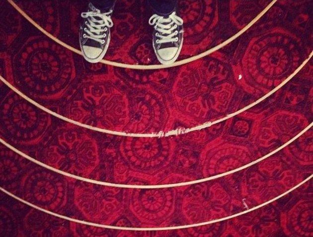 Kvar kveld sat vi og telte pengar og billettar i eit ganske illeluktande lokale utan vindauge, med vegg til vegg-teppe, blant sjukt kule folk som laga festival, skriver Martha Våge
