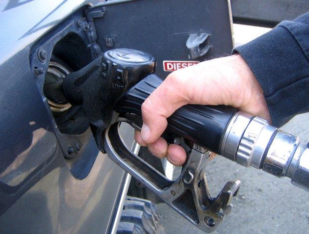 Dyrere: CO₂-avgiften økes med nær 30 prosent, og det vil bety dyrere drivstoff. For bensinbiler økes avgiften med 41 øre, fra 1,37 til 1,78 kroner literen.
