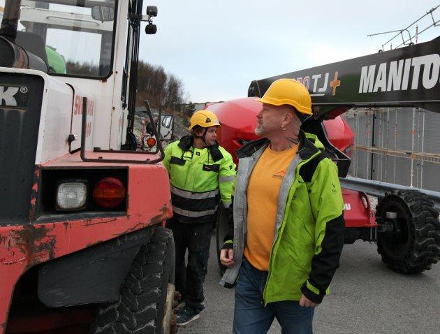 ARBEIDSLAGET: Stillasbyging på Fjordbase. Knut-Einar Grønsberg er ute og møter arbeidslaget sitt frå Grønsberg Bygg.