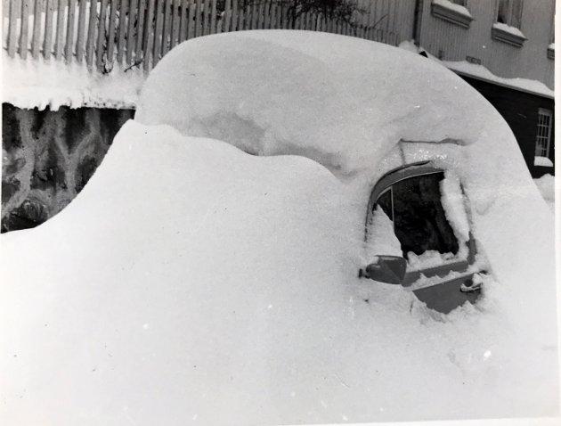 En bil i snømengdene i 1985