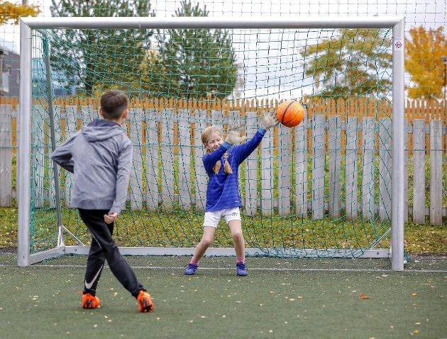 Hvorfor skal det være en økonomisk diskusjon hjemme om man har råd til å sende guttungen på fotballtreninger?