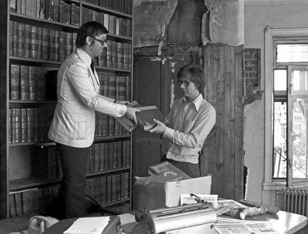 SLUTT: Nedrigging av politisk redaktørs kontor på Stortings plass, femte etasje. En mørklugget Sverre Stang rekker kulturjournalist Bjørn Brøymer historiske bøker.
