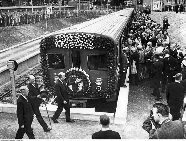 BERGKRYSTALLEN FØR: Slik så det ut på Lambertseterbanens endestopp, Bergkrystallen, dagen t-banen åpnet på strekningen i 1966. Kong Olav er avbildet og var til stede for å «åpne» Lambertseterbanen.
