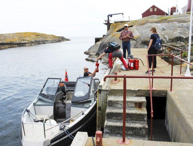 Færder fyrs venner har kjøpt    egen båt for frakt av seg selv og utstyr inn og ut, og også denne gangen var det litt som skulle i land på fyret.