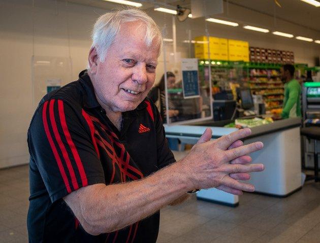 Spritdispensere fylles daglig og handlevogner vaskes på Kiwi. Jann Meyer (71) spriter bestandig hendene før han går inn i butikken. - Jeg gjør det jeg får beskjed om og spriter hendene når jeg går inn og ut av butikken, sier han.