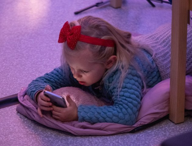 Slapper av: Går an å høre på musikk og spille på telefon samtidig.
