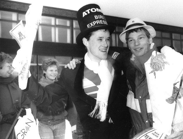 JUBEL: Granasokningen Trond Arne Bredesen (til høyre) jubler sammen med Torbjørn Løkken fra Biri, etter et suksessrikt VM i Oberstdorf i 1987. Bak står mor og søster Bredesen. Trond Arne og og Torbjørn kom til Gran med helikopter. «Biri'n» ble kjørt videre hjem til feiring på sin hjemmebane.