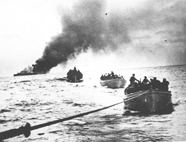 Historie: Det norske handelsskipet «Columbus» er torpedert og står i brann, og mannskapet er i livbåter på vei mot det amerikanske skipet «Tuscaloosa», som tar dem om bord.
