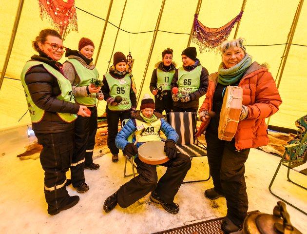 Håkon J. Kristensen koser seg sammen med Helle Møllersen, Silje Flatum, Inger S. Gulla, Ali Hussein , Mohammed og Maria Fearnley.