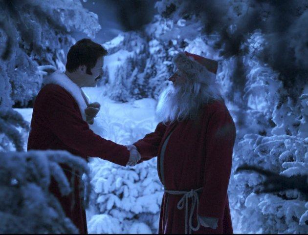 Snekker Andersen snubler over Julenissen for aller første gang før de bytter roller; et bilde tre generasjoner av oss nordmenn har på netthinnen.foto: filmweb