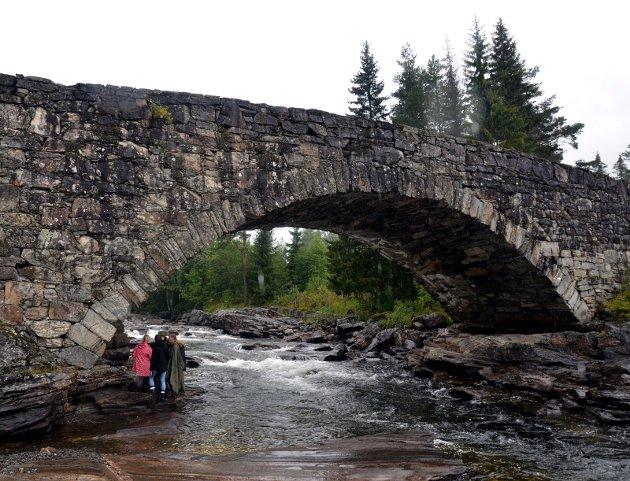 Lunde bru i Etnedal.  Veger og broer kan være de reneste attraksjoner og vitne om en svunnen tid.