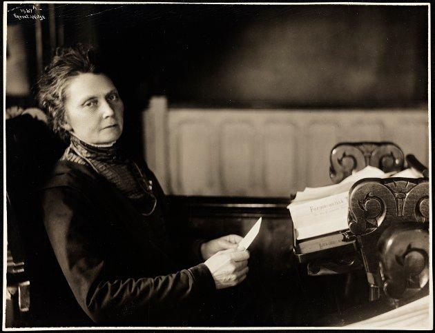 Anna Rogstad var Norges første kvinnelige stortingsrepresentant. Her er hun fotografert på Stortinget i 1911.