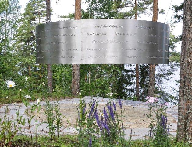 MINNESTED: På «nye» Utøya minnes de som mistet livet. Foto: Beate Kold Hansen / Ringerikes Blad